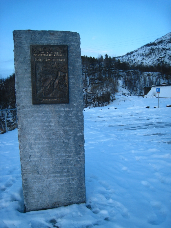 Major Ivar Hyldmo (ret. Colonel) with one of the hills he and his men stormed in the racapturing of Narvik in the background.