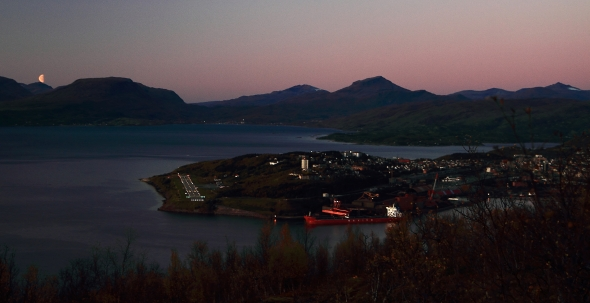 Moon is rising - Sun is setting on Narvik
