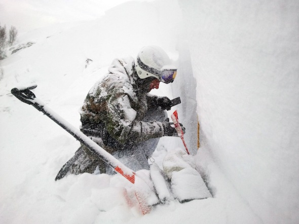 Offisers from the exercise avalanche group use their skills and experience to take preventative measures against avalanche. (Photo: Morten Hanstad, Norwegian Armed Forces)