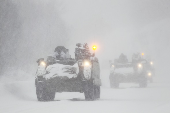 Soldiers and officers from the armored engineer company is preparing a triple hurdle during winter exercise Cold Response 12 (Photo: Torbjørn Kjosvold)