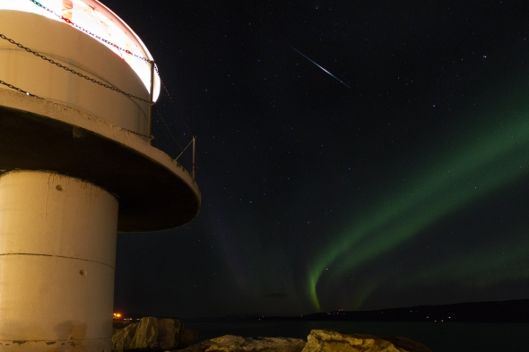 Strong meteor (shooting star) between the lighthouse in Ankenes and aurora.