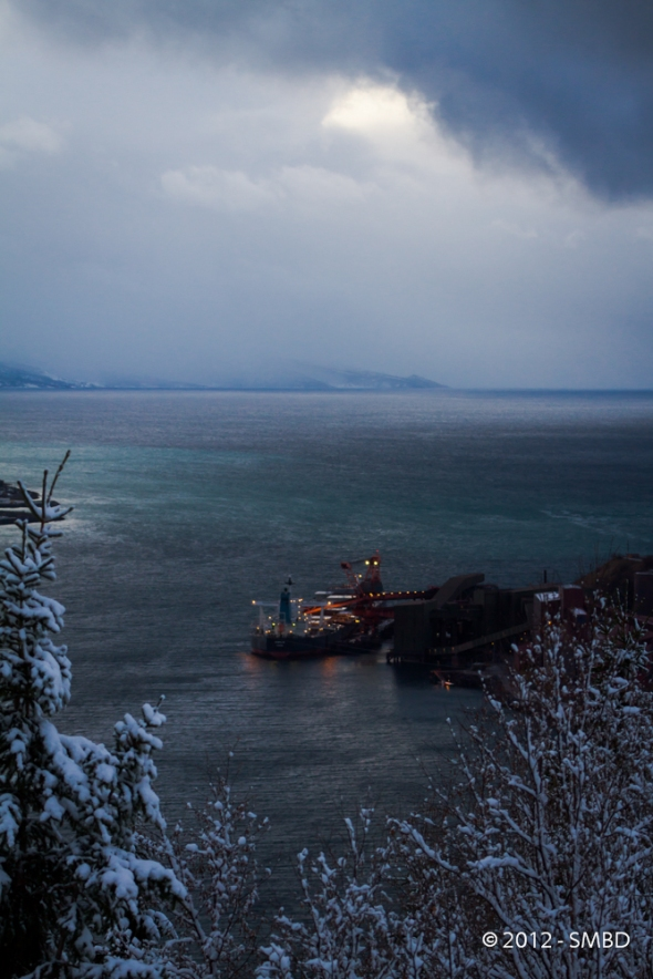Snow showers coming in the Ofoten Fjord - Eibhlin of Panama is being loaded at pier 5